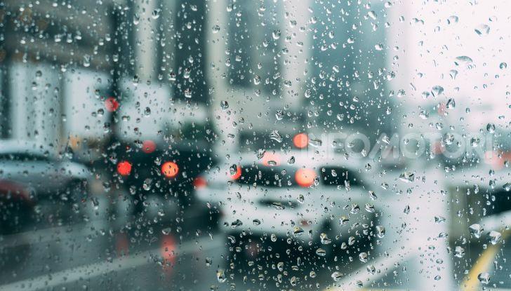 Finestrino bagnato dalla pioggia in auto