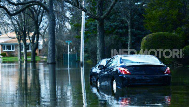 Auto dopo un'alluvione pioggia d'acqua