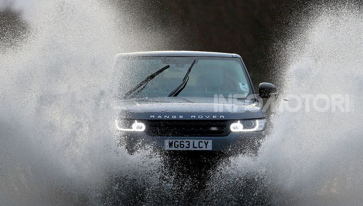 Auto passa su pozzanghera alluvione