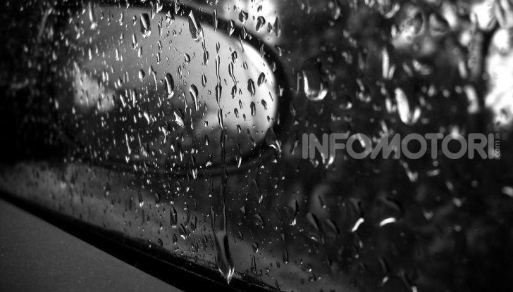 Specchio retrovisore bagnato dalla pioggia
