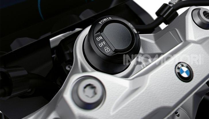 BMW F 900R 2020: la naked della Casa dell'elica dinamica e adatta a tutti - Foto 32 di 39