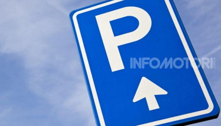 cartello parcheggio blu freccia