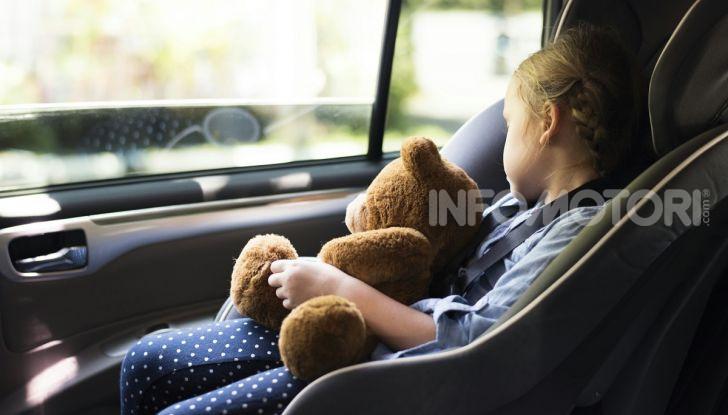 Dormire in auto seggiolino