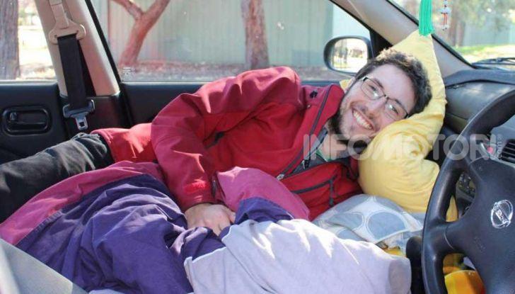 Dormire in automobile sacco a pelo