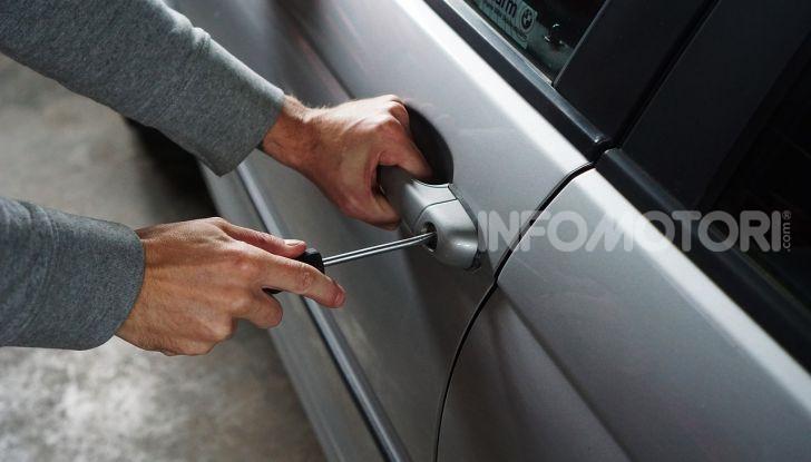 Lo scassinamento della serratura di un'auto