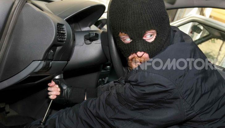 Un ladro che tenta di rubare un'automobile