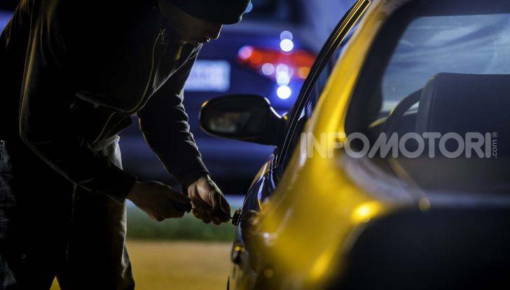 Un ladro prova a scassinare la serratura di un'auto
