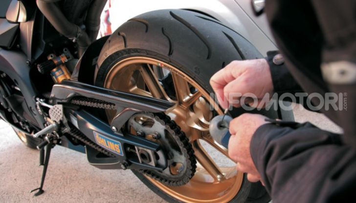 Un ladro tenta di rubare una motocicletta