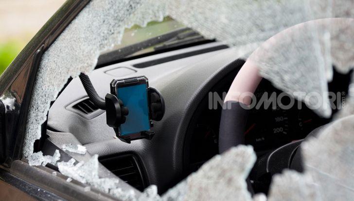 Un vetro di un'auto rotto durante un furto