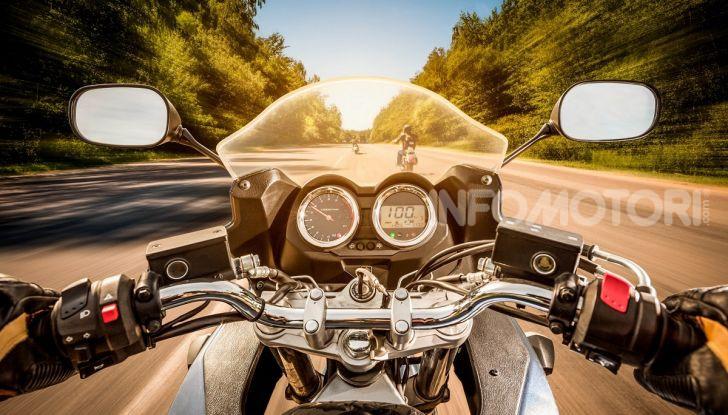 Guida moto in prima persona su strada