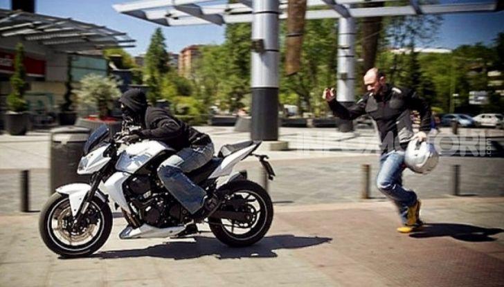 Un ladro ruba la moto a un motociclista