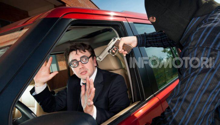 Un ladro intima il mani in alto durante un furto