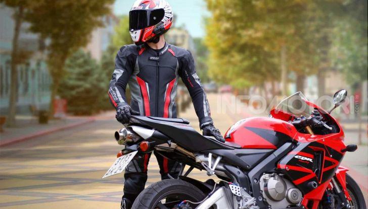 Honda CBR con pilota vestito da pista