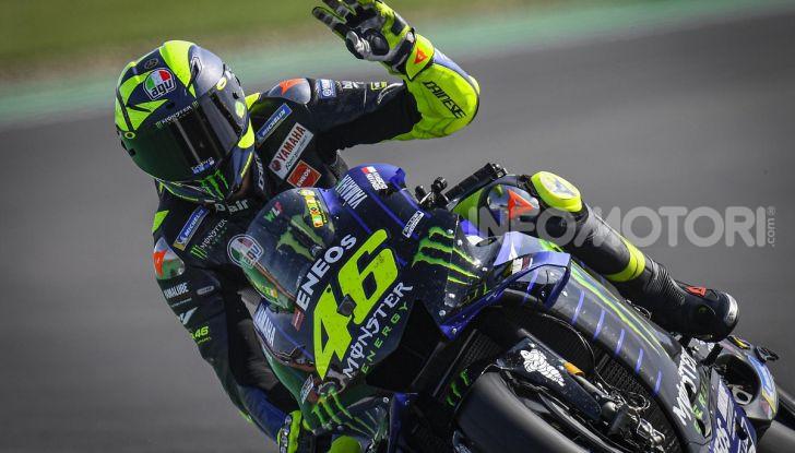 Valentino Rossi in sella alla Yamaha M1 a Silverstone