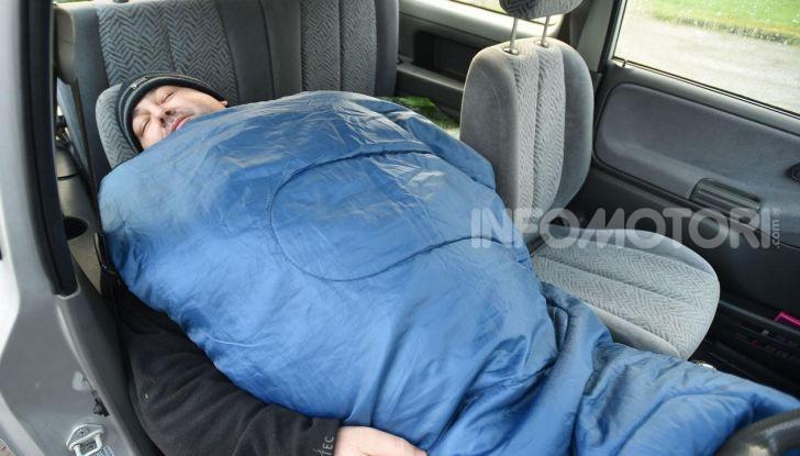 Viaggio in auto dormire sacco a pelo