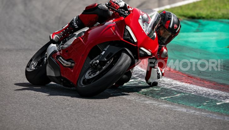 Ducati Panigale V2: per la pista e per la strada - Foto 11 di 31