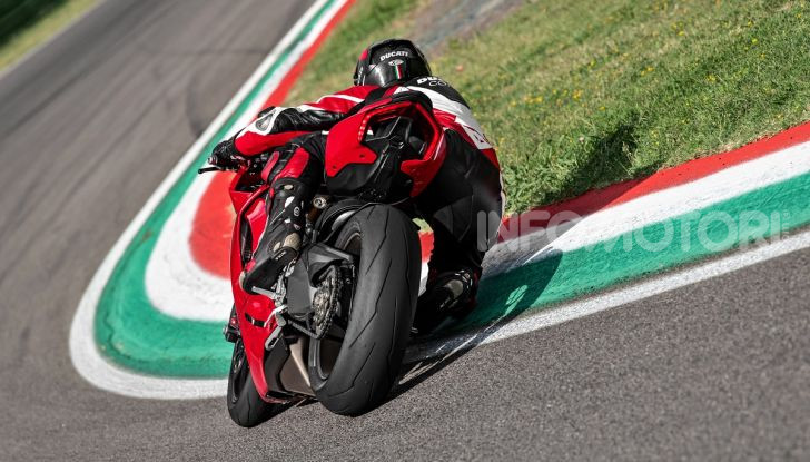 Ducati Panigale V2: per la pista e per la strada - Foto 14 di 31