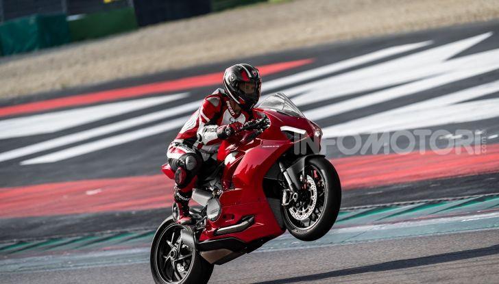 Ducati Panigale V2: per la pista e per la strada - Foto 15 di 31