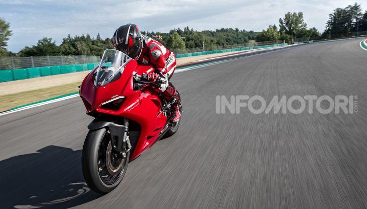 Ducati Panigale V2: per la pista e per la strada - Foto 17 di 31