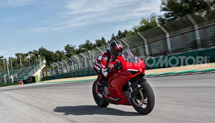 Ducati Panigale V2: per la pista e per la strada - Foto 18 di 31
