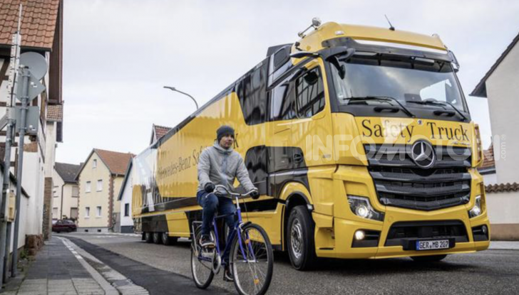 Mercedes: in arrivo i TIR intelligenti che evitano ciclisti e pedoni - Foto 4 di 8