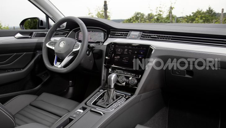 Nuova Volkswagen Passat 2020 prova su strada, versioni e prezzi - Foto 13 di 19