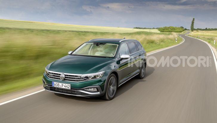 Nuova Volkswagen Passat 2020 prova su strada, versioni e prezzi - Foto 17 di 19