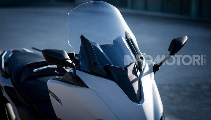 Video prova in anteprima Yamaha TMAX 560 2020, è maggiorenne ma continua a crescere - Foto 8 di 83