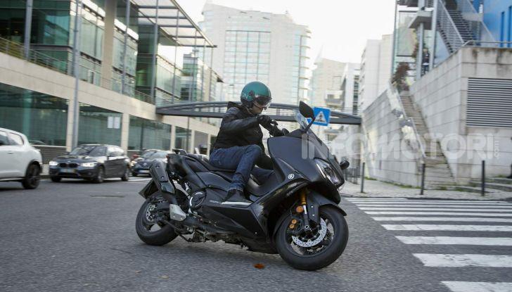 Video prova in anteprima Yamaha TMAX 560 2020, è maggiorenne ma continua a crescere - Foto 56 di 83