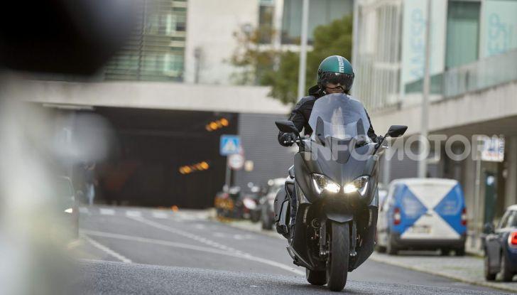 Video prova in anteprima Yamaha TMAX 560 2020, è maggiorenne ma continua a crescere - Foto 58 di 83