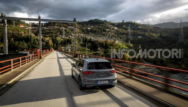 Nuova Volkswagen Golf 8: prova su strada, motori e prezzi - Foto 10 di 22