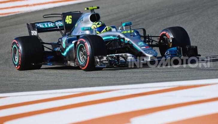 Hamilton e Rossi si scambiano i ruoli a Valencia: il Dottore in F1, Lewis con la MotoGP - Foto 10 di 22