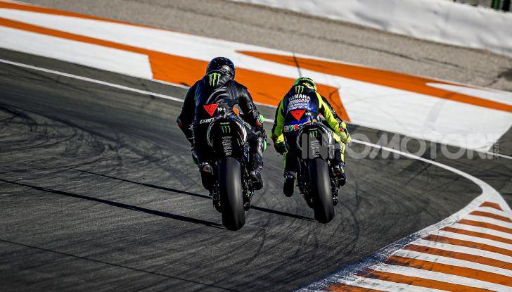 Hamilton e Rossi si scambiano i ruoli a Valencia: il Dottore in F1, Lewis con la MotoGP - Foto 12 di 22