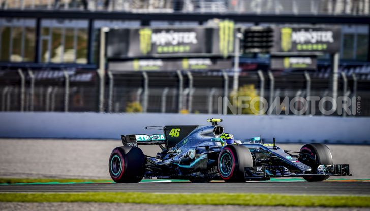 Hamilton e Rossi si scambiano i ruoli a Valencia: il Dottore in F1, Lewis con la MotoGP - Foto 13 di 22