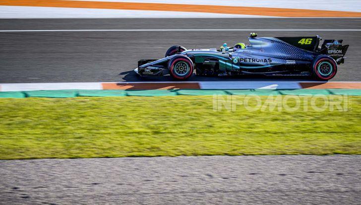 Hamilton e Rossi si scambiano i ruoli a Valencia: il Dottore in F1, Lewis con la MotoGP - Foto 14 di 22