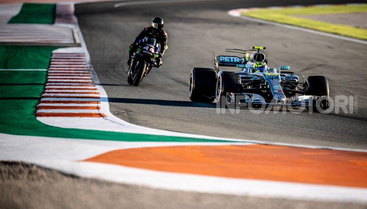 Hamilton e Rossi si scambiano i ruoli a Valencia: il Dottore in F1, Lewis con la MotoGP - Foto 17 di 22