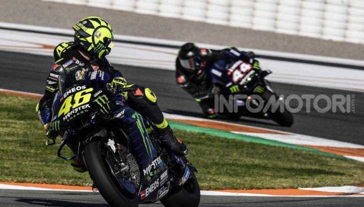 Hamilton e Rossi si scambiano i ruoli a Valencia: il Dottore in F1, Lewis con la MotoGP - Foto 18 di 22