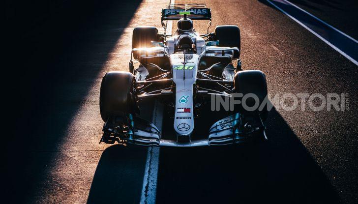 Hamilton e Rossi si scambiano i ruoli a Valencia: il Dottore in F1, Lewis con la MotoGP - Foto 2 di 22