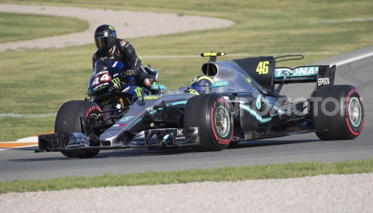 Hamilton e Rossi si scambiano i ruoli a Valencia: il Dottore in F1, Lewis con la MotoGP - Foto 21 di 22