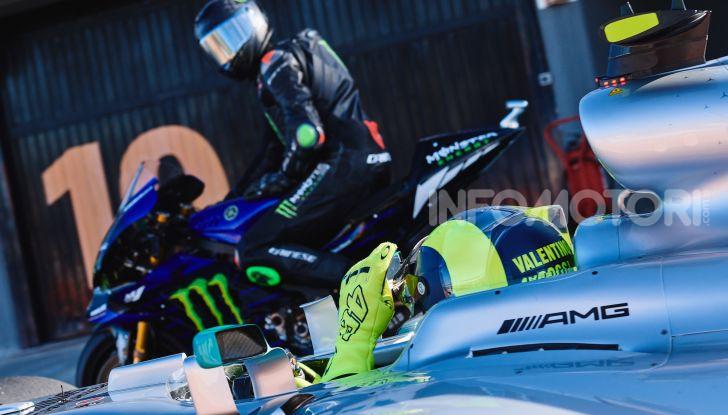 Hamilton e Rossi si scambiano i ruoli a Valencia: il Dottore in F1, Lewis con la MotoGP - Foto 3 di 22