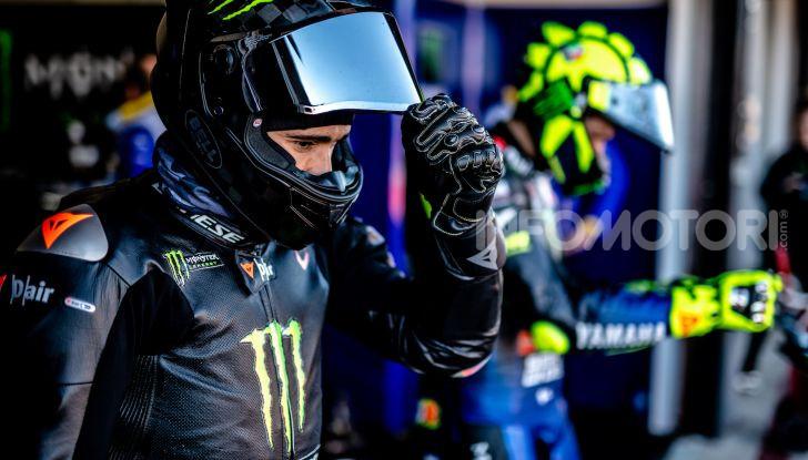 Hamilton e Rossi si scambiano i ruoli a Valencia: il Dottore in F1, Lewis con la MotoGP - Foto 4 di 22