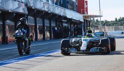 Hamilton e Rossi si scambiano i ruoli a Valencia: il Dottore in F1, Lewis con la MotoGP