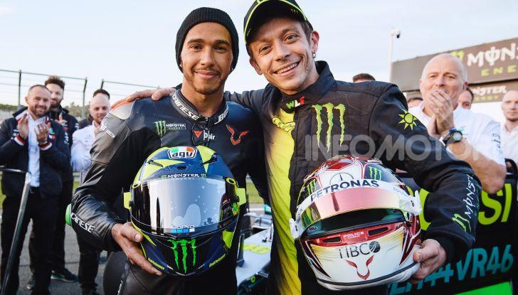 Hamilton e Rossi si scambiano i ruoli a Valencia: il Dottore in F1, Lewis con la MotoGP - Foto 6 di 22