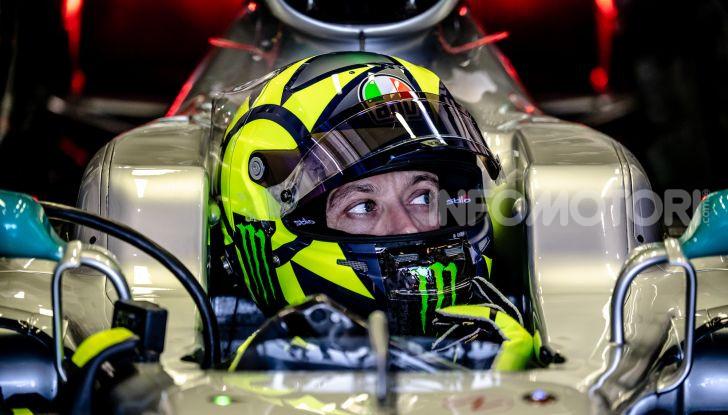 Hamilton e Rossi si scambiano i ruoli a Valencia: il Dottore in F1, Lewis con la MotoGP - Foto 7 di 22