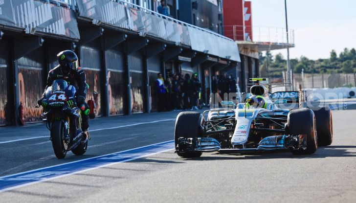 Hamilton e Rossi si scambiano i ruoli a Valencia: il Dottore in F1, Lewis con la MotoGP - Foto 1 di 22