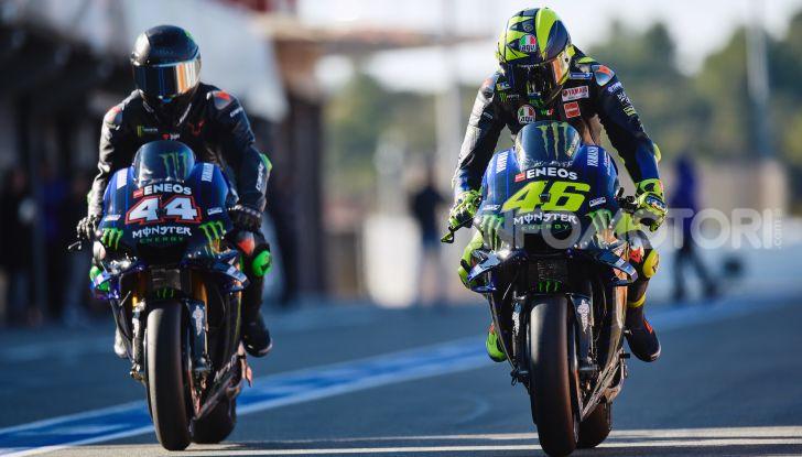 Hamilton e Rossi si scambiano i ruoli a Valencia: il Dottore in F1, Lewis con la MotoGP - Foto 8 di 22