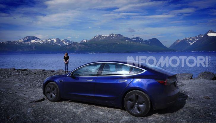 Una Tesla Model 3 a Capo Nord per testare la batteria - Foto 1 di 9