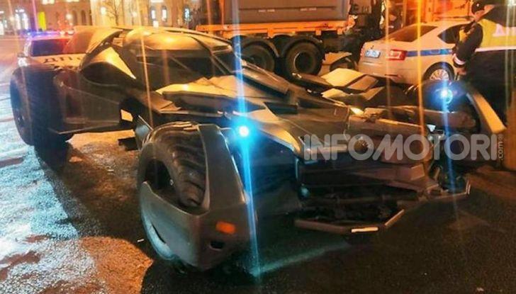 Una Batmobile nei parcheggi della polizia di Mosca - Foto 1 di 5