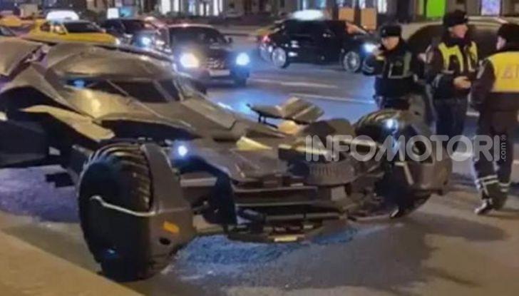 Una Batmobile nei parcheggi della polizia di Mosca - Foto 3 di 5