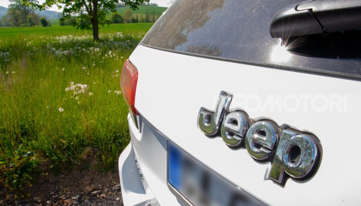 """Guida green: 5 consigli per mettersi al volante di un'auto elettrica Clicca qui per scaricare le immagini relative Milano, 20 luglio 2020 - Grazie al via libera all'estensione degli incentivi per le auto elettriche, che passa da 6 mila a 10 mila euro fino al 31 dicembre, la guida green vede un forte rilancio. Il trend delle vendite di auto elettriche è decisamente in aumento: attualmente nel mondo ci sono più di 7 milioni di veicoli elettrici per passeggeri o merci (erano 1,5 nel 2016), di cui più di 3 milioni in Cina, e quasi 2 milioni in Europa dove svetta il primato della Norvegia. Una volta al volante di un'auto elettrica, si scopre che presenta alcune differenze rispetto a quelle a benzina o a gasolio. Ad esempio, non ha il cambio (a meno che non si parli di una Porsche Taycan o qualche supercar), scarica a terra tutta la coppia in modo fulmineo a partire da zero giri, ha baricentro molto basso e non fa rumore. Per sentirsi a proprio agio al volante di un'auto elettrica automobile.it, sito di annunci di auto usate, nuove, Km 0 e a noleggio di proprietà del gruppo eBay, presenta 5 consigli per la guida green riassunti anche nel divertente video tutorial di Fjona Cakalli. Come si accende un'auto elettrica Una volta raggiunto il posto guida, si deve premere il pulsante di start per accendere l'auto. Sulle Tesla no, perché si accendono in automatico quando rilevano la presenza di una persona a bordo. La cosa da tenere a mente è che un'auto elettrica una volta accesa è perfettamente silenziosa. Per essere certi dell'avvio si può fare affidamento su diversi metodi come per esempio guardare l'illuminazione del quadro strumenti, controllare su alcuni modelli l'apposita spia con scritto """"Ready"""" o se si attivano musichette segnaletiche ad hoc. Queste indicazioni che in un primo momento possono sembrare semplici in realtà sono da tenere presenti perchè a molti è già capitato di premere di nuovo il tasto di accensione spegnendo la macchina non accorgendosi dell'accensione """